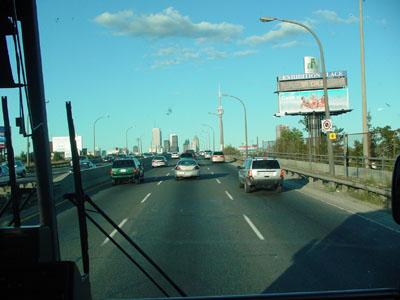 ナイアガラからトロントへの帰路です。フロントガラス中央にはCNタワーが見えました(写真じゃ小さ過ぎ・・・)。CNタワーが見えると、トロントに帰ってきたな~と思うわけでした。<br /><br />【おまけ】<br />そちぷのカナダ旅行・カナダ観光メモに興味があれば↓も是非見てみてくださいね。<br /><br />http://canada.client.jp/index_2.htm