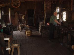 ブラックスミス(鍛冶屋)です。<br />テーマパークの中には、家や小屋、水車があり、自由に入れました。中では、職人が作業をしていました。