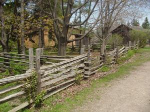古そうな建物が並んでいました。<br />この木の柵の上をリスが、だぁ~と走ってました。