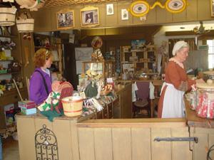 土産物屋です。テーマパーク内の職人さんが作ったものは全て買うことができるそうです。キルト、服、その他工芸品、手作りのキャンディやジャムが売ってました。