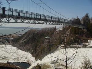 滝の上にかかる吊橋です。<br />下をのぞけば滝つぼ、前を眺めればセントローレンス川越しにオルレアン島がありました。<br />めちゃ眺めがいいところです。