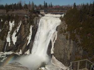滝上の公園から見たモンモランシーの滝です。<br />滝之上には吊橋、公園、小さなレストランがありました。