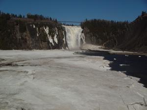 下から見たモンモランシーの滝です。<br />滝の下にはケーブルカーでも降りれました。