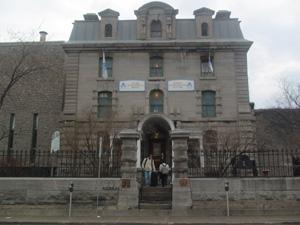 オタワのダウンタウン、カナダ国防省の近くにあるオタワ・インターナショナル・ホステルの正面です。<br />一見、普通のホステルです。