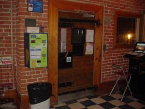 牢獄ホステルは、鍵が多い。<br />ホステルの玄関、フロントから階段に出るところ、階段から各フロアに入るところと3つもありました。<br />写真はフロントから階段に出るところです。