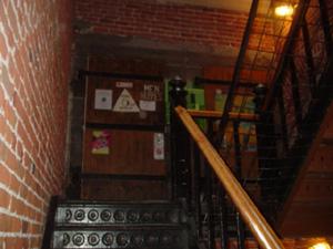階段の様子です。<br />れんがの壁と木造のドア、黒い金属の階段で、雰囲気でてました。