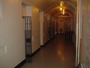 部屋の前の廊下です。<br />黒い鉄格子が各部屋のドアです。<br />控えめな明かりが灯されていました。暗すぎはなかったです。