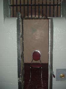ホステルの最上階が、元死刑囚の部屋だそうです。<br />写真は、そのひとつです。<br />ポツリと置かれた椅子が不気味デス。<br />しかも、めちゃ静かですココ。
