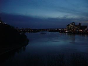暮れゆくGatineauです。<br />オタワ川をはさんで対岸のGatineauがよく眺めれるメジャーヒル公園からの景色です。オタワの夜は、洒落た街灯に灯され静かで、キレイなところでした。