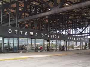 OttawaのVIAの駅です。<br />バスで10分くらいダウンタウンからのところです。<br />新しくて大きい駅でした。だだっ広いといった方がいいかも。。