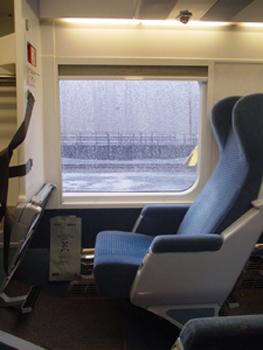 VIAのオーシャン号の座席です。<br />オーシャン号には何種類かあるようで、モントリオールからの行きと帰りでタイプが違いました。写真は新しいタイプのものです。座席が通路を挟んで横に1:2で並んでいました。シートの高さも、切符をきりにくる車掌さんの目の高さの位置という高さです。座るだけならともかく、このタイプはキレイだけど、足元が狭くて座席も硬めなので、車中泊はきつかったです。
