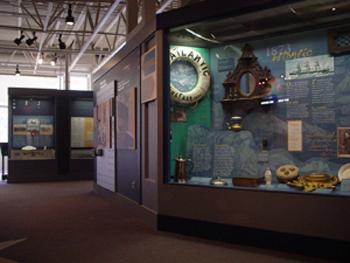 大西洋海洋博物館の中です。<br />ハーバーフロントにぽつりとある小さな博物館でした。観光客は1,2人しかいませんでした。小さな館内で本物のヨットがいくつも展示されてたり、タイタニック号にまつわる展示やビデオ上映がありました。帆船模型の工房を見学もできました。