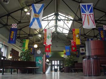 ハリファックスのVIA駅の中です。<br />小さい町といえども新しい駅で、ごみひとつ落ちていませんでした。天井にはカナダの州の旗が飾られています。<br />【おまけ】<br />そちぷのカナダ旅行・カナダ観光メモに興味があれば↓も是非見てみてくださいね。<br /><br />http://canada.client.jp/index_2.htm