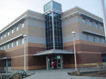 ビクトリア大学ESLの校舎です。<br />2003年から使われている建物でキレイなところです。<br />1階が教室、2階で定期券、TOEFL・TOEICの受験申し込みとかできました。地下は視聴覚教室があります。多分、UVIC内で一番新しい校舎だと思います。