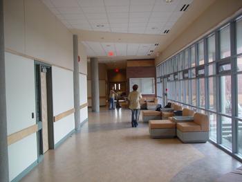 ESLの校舎の中(1階)です。<br />建物の裏がサッカーグラウンドになっており、一面芝生が広がっています。