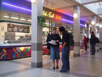キャンパス内のフードコートの様子です。<br />ピザ・ハンバーガー・ホットドック・ピタとか、カレーもありました。値段は大学内だからといっても安くなく、普通の店とほとんど一緒でした。