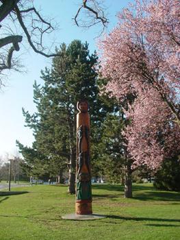 春のキャンパスです。<br />キャンパス内にはトーテムポールがあって桜の木もけっこうあります。桜は3月には開花しました。図書館の近くで、桜がアーチ状に咲いており、めちゃキレイでした。<br /><br />UVICのESLにもっと興味ある人は↓も是非のぞいて見てください。コースの紹介や学校の雰囲気が分かると思います。<br />http://canada.client.jp/victoria/