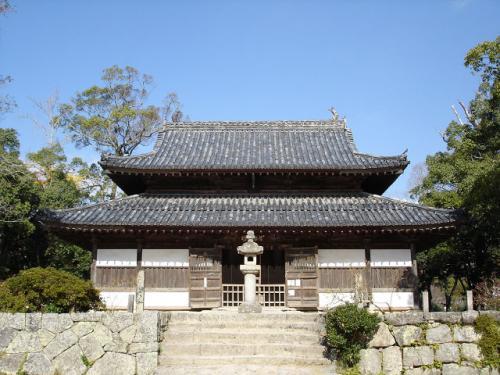まず、西鉄五条駅から徒歩10分ほどの、観世音寺へ。創建当時は大寺院だったそうですが、今は比較的小さなお寺です。<br />