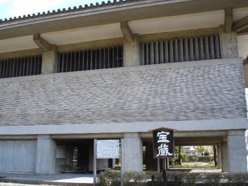 観世音寺の宝蔵。ここには重要文化財指定の仏像が多数収蔵されています。特に約5mの十一面観音・馬頭観音・不空羂索観音が並んでいる光景は迫力あります。