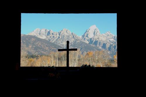 """【トランス・フィギュレーション礼拝堂】礼拝堂の祭壇に向かうと見える風景。窓枠が額縁となって、グランドティトンの美しい山並みを切り取っていました。時間や季節によって変化する""""絵""""ってのも贅沢〜。"""