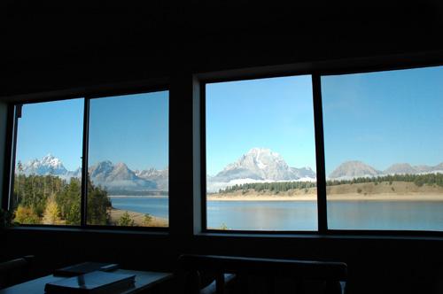 【ホテルの窓からの眺め】グランドティトンのホテルは、グランドティトンの山並みを堪能できるように、窓が大きく作られている(と思う)。