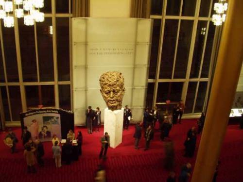 各ホールをつなぐ、グランド・ホワイエ<br />おなじみ、ジョン K. ケネディーの像