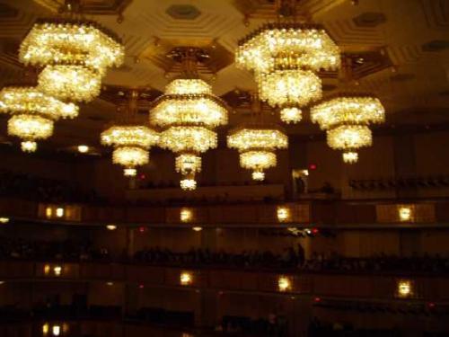 コンサートホール<br />ノルウェーから贈られた、<br />ハーデランド・クリスタルのシャンデリアが輝く<br /><br />