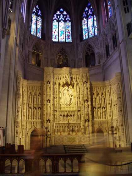 主祭壇<br />キリストを中心に、キリスト教に貢献した110人の彫像が並んでいる。<br />聖地エルサレムから採石された大理石で作られている。
