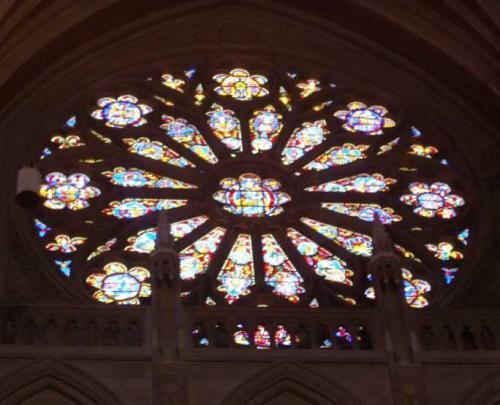 バラ窓<br />南北両側の翼廊(教会を上から見たとき、十字架型をしていて、その短い横棒の部分。長い方を身廊という)にあります。
