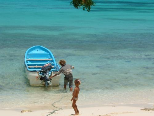 タクシーでLA CUEVAというところに行って、そこからボートに乗ります。車でビーチまで行くこともできますが道がかなり険しいので四駆でしかいくことができません。