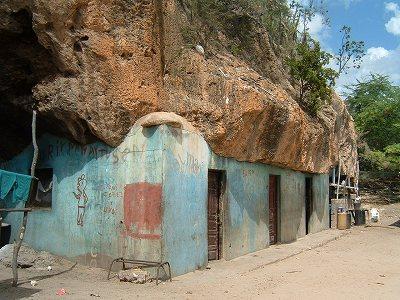 このボートにのった場所LAS CUEVASは名前(スペイン語で洞窟の意味)のとおり洞窟住居になっていました。<br />少しわかりにくいですが、青い壁の上の部分、やねになっているのは洞窟です。