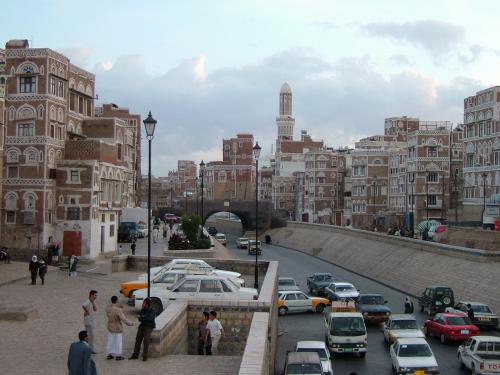 タハリール広場から活気溢れるミニマーケット通りを進み、この写真の陸橋を渡ると、いよいよ旧市街に突入です。迷路ようにはりめぐらされた石畳の小道に、伝統的なイエメン建築やモスクがぎっしり詰まっている、どっぷりエキゾチック、イエメンのハイライトです。