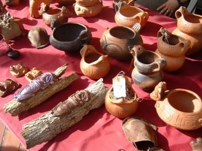 これはTAINOというドミニカ共和国にいた先住民族のデザインを使った陶器