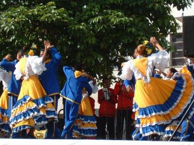 民族舞踊の一シーン