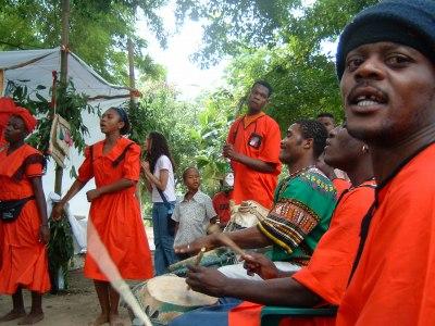 まず、VILLA MELLAでの音楽へ行く前にこれはハイチのグループの演奏と踊りです。ハイチとドミニカ共和国は同じイスパニョーラ島にあると言ってもまったく異なる文化を持っています。しかし、こういったアフリカをルーツとする音楽においては共通点も多いと思います。