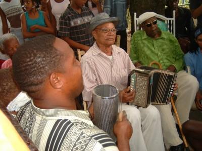 これはドミニカ共和国が発祥の地と言われるMERENGUEという音楽です。これはドミニカ共和国内でよく演奏されています。<br />いわゆるMERENGUE TIPICO(伝統(典型)的なMERENGUE)はこういった感じでアコースティックです。私は流行のMERENGUEよりこうやって歌われ続けてきたMERENGUE TIPICOのほうが好きです。<br /><br />