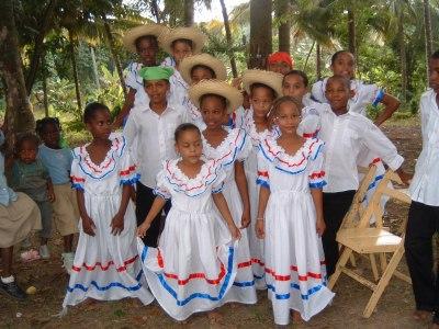 子供たちによる伝統的な踊りの披露がありました。そのときの記念撮影。もう、本当にかわいくってつれて帰りたいくらいでした。<br /><br />
