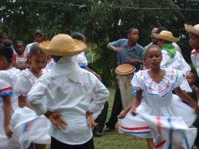 かなりのアップテンポのリズムで踊り続けた子供たち。とってもかわいい。<br />こういうときももちろん音楽は生で入ります。テープをつかったりはしません。<br />