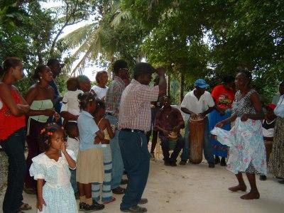 これはCONGOと呼ばれる音楽。かなりアフリカ色が強いです。リズム的にはゆったりしていて、音楽にあわせて踊ります。<br />激しいMERENGUEなんかとはかなり系統の違った音楽と踊りでした。おばあちゃんたちがうれしそうに踊っていたのが印象的でした。<br /><br />ちなみにこのお祭り。毎年この時期に行われているそうです。土地勘とスペイン語ができないとたどり着くのは難しいかもしれませんが、機会があればぜひ行かれることをお勧めします。<br /><br />