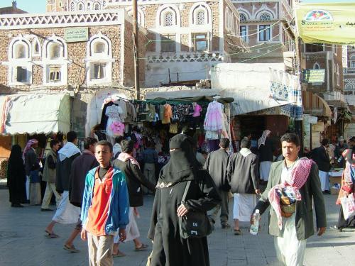 そして女性たち。ご覧の通り。イエメンでは子供以外、ほぼ顔を隠しています。体型や目つき、そぶりからしか、その人なりをうかがえません。驚くかされたのは、サナアの空港では、マスクをしたまま女性たちが入国審査をパスしてたこと、パスポートの写真はどうなっているなか、入れ替わりしてたらどうするのか。中身が男性でも、このイデタチじゃ判別不能ではと、余計な心配してしまいます。