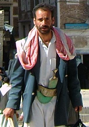 伝統的な建築物に囲まれたサナアの旧市街。さらにその雰囲気を盛り立てる主役は、そこで生活する人々です。まず、男たち。ほとんどの男は、写真のように腰にジャンビーアという太い剣を刺しています。これがイッチョ前の男の象徴らしいです。