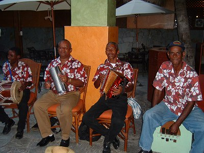 リゾート気分を盛り上げるMERENGUE(ドミニカ共和国が発祥の地と言われるラテン音楽)私はこういうおじさんの渋いアコースティックなMERENGUEが一番好き<br />