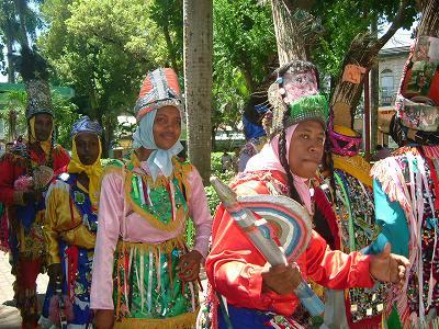 さて、この街の中心に着いたら私の到着を待っていたかのように始まった踊り。<br />JUAN LUIS GUERRA(ドミニカ共和国を代表する歌手)のビデオクリップで見たことあるこの踊り。ドミニカ共和国でぜひ見たいと思っていたけど、どこでいつやっている踊りなのかもわからず・・・。それが、ひょうんなことからこの街で見ることができて感激。<br />