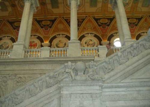 ジェファソン館のインテリアは、<br />アレゴリーに満ちている。<br />階段に彫刻された子供の像は、それぞれ、<br />主要な職業をあらわしている。<br />ちなみに、「音楽家」は、この写真中央の<br />地球儀を囲んだ2人の像の、右隣。<br />