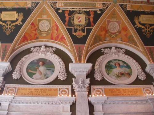 アメリカン・トレジャー(博物館)の入り口の<br />上部にあるのは、四季を表す壁画。<br />左から、春と夏