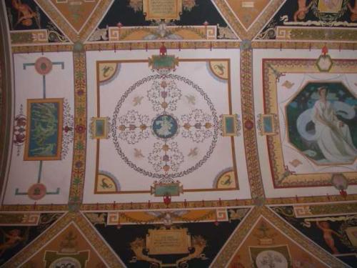 天井 小さな長方形の中には、<br />アメリカを代表するスポーツが、<br />古代ギリシャ風に描かれている。<br />古代ギリシャにはあったはずがない<br />ベースボールなども・・・
