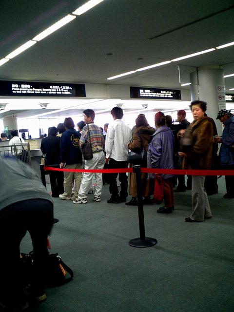 出国審査<br />旧の国際線ターミナルに比べると、随分処理が早くなった。<br />中部はコレより快適になるのだろうか...<br />