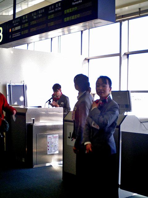 搭乗口<br />席は逃げないのに、何故、皆急ぐのであろうか....
