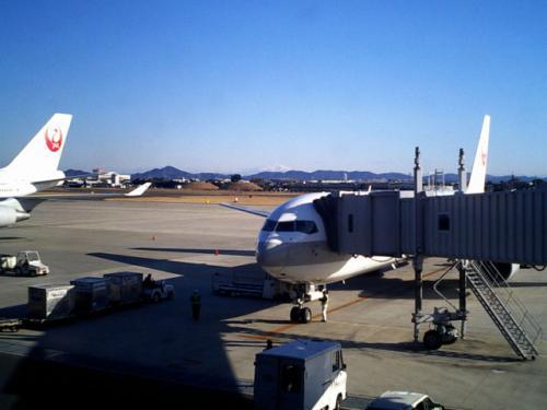 駐機場 その1<br />名古屋空港では、このボディングブリッジの引き取り手を探しているとのこと。