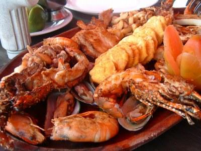 何度も遊びにきているBOCA CHICA でも、今回のメインはこのレストランでの食事。ここはカリブ海に面して、というかカリブ海の上で食事のできるとっても素敵なレストラン。雰囲気もさることながら、シーフードのおいしさ、新鮮さはもう、かなりのものです!ちなみにこの料理は2人前。えびのぷりぷりがたまりません。<br />2人で食べきれないくらいの量でした。